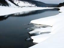 Vishera flod i vinter, Ryssland Royaltyfri Bild