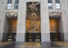 Vishet en art décofris av Lee Lawrie över ingången av GE byggnad på den Rockefeller plazaen Arkivbild