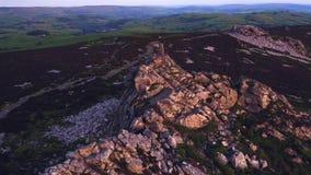 Visión aérea alrededor de la roca de Manstone en Stiperstones, Reino Unido metrajes
