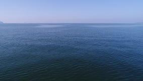 Visión aérea, avance adentro del mar tranquilo, azul almacen de metraje de vídeo