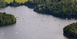 Visión aérea: Barcos de vela de la amarradura en un lago Fotos de archivo libres de regalías
