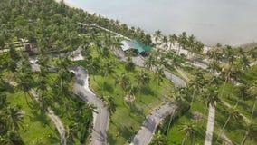 Visión aérea carting el circuito de carreras entre las palmeras en la isla tropical en el mar Circuito de carreras de la opinión  almacen de video