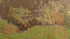 Visión aérea cerca del B4391 a través del amarrar y de las montañas de País de Gales, Reino Unido almacen de video