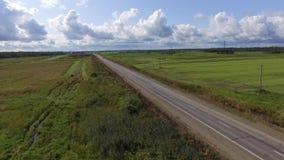Visión aérea: coches que van en el camino almacen de metraje de vídeo