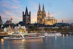 Visión aérea Colonia sobre el río Rhine con el barco de cruceros en cuesta Imagen de archivo
