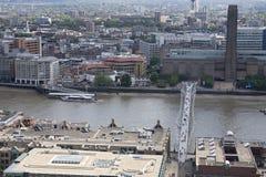 Visión aérea con el río, el puente y el edificio de thames Imágenes de archivo libres de regalías