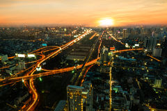 Visión aérea con la configuración urbana con puesta del sol Imagen de archivo