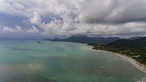 Visión aérea con la playa asombrosa y agua azul fotografía de archivo libre de regalías