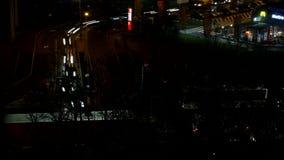 Visión aérea con Time Lapse de la hora punta del tráfico de la noche con los coches en la calle metrajes