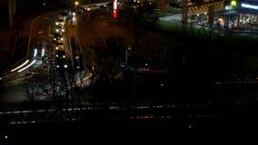 Visión aérea con tráfico de la noche en el tiroteo largo del lapso de tiempo de exposición de la hora punta almacen de metraje de vídeo