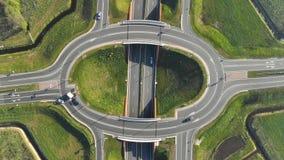 Visión aérea desde arriba del cruce giratorio en la carretera Coches que se mueven en el empalme de la carretera en los Países Ba metrajes