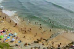 Visión aérea desde el abejón del vuelo de la muchedumbre de la gente que se relaja en la playa en Portugal imagen de archivo