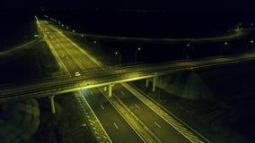 Visión aérea desde el abejón sobre la carretera, noche almacen de video
