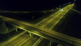 Visión aérea desde el abejón sobre la carretera, noche metrajes