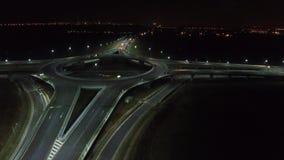 Visión aérea desde el abejón sobre un cruce giratorio, noche almacen de metraje de vídeo