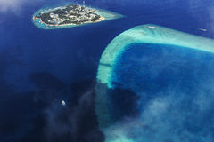 Visión aérea desde el hidroavión sobre atolones imagenes de archivo