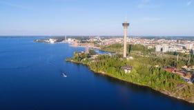 Visión aérea desde el lago Torre de observación y parque de atracciones en la orilla imagenes de archivo