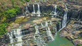 Visión aérea desde el río a Rocky Waterfalls Cascade