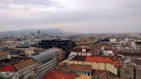 Visión aérea desde la basílica de Istvan del santo a la casa del parlamento en los tejados de Budapest de casas en la parte histó metrajes