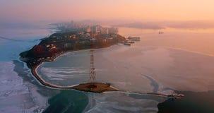Visión aérea desde la gran altura de la península de Egersheld, Vladivostok, Rusia almacen de metraje de vídeo