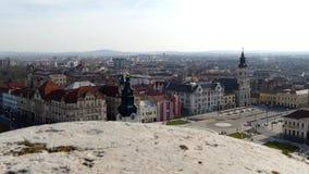 Visión aérea desde la torre del ayuntamiento sobre centro de ciudad de Oradea almacen de metraje de vídeo