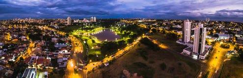 Visión aérea desde Parque das Nacoes Indigenas en la noche imagenes de archivo