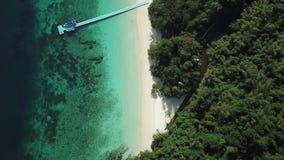 Visión aérea desde un abejón de la isla hermosa de Nyaung Oo Phee en s almacen de metraje de vídeo