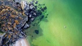 Visión aérea: el vuelo sobre la muchacha del secadero del  de Ñ está nadando en el mar en la playa general, cerca de Kerch, Crim metrajes