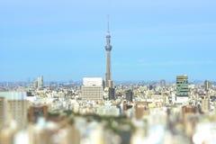 Visión aérea en el inclinación-cambio de la ciudad de Tokio con el skytree imagenes de archivo