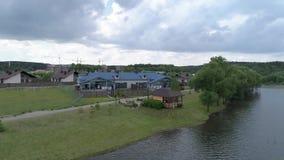 Visión aérea en la casa en el lago almacen de metraje de vídeo