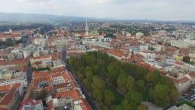 Visión aérea en la ciudad de capital plaza principal de la ciudad de Croacia, Zagreb, Europa almacen de metraje de vídeo