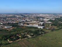 Visión aérea en la ciudad de Sertaozinho, Sao Paulo, el Brasil fotografía de archivo