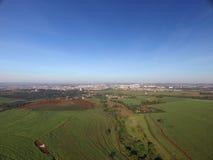 Visión aérea en la ciudad de Sertaozinho, Sao Paulo, el Brasil fotografía de archivo libre de regalías
