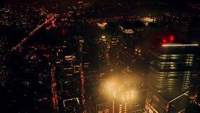Visión aérea en la noche New York City metrajes