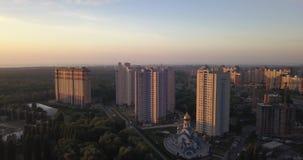 Visión aérea en la salida del sol que vuela sobre la ciudad pixeles de 4k 4096 x 2160 almacen de video