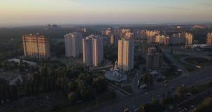 Visión aérea en la salida del sol que vuela sobre la ciudad pixeles de 4k 4096 x 2160 almacen de metraje de vídeo