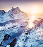 Visión aérea en las islas de Lofoten, Noruega Montañas y mar durante puesta del sol Paisaje natural del aire en el abejón fotos de archivo libres de regalías