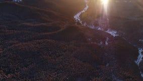 Visión aérea en montaña del invierno de la salida del sol metrajes