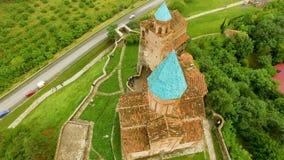 Visión aérea encima de la iglesia de Gremi en el pueblo de Shilda, herencia histórica almacen de metraje de vídeo