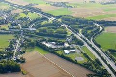 Visión aérea: Ensambladura de las carreteras en campo fotos de archivo