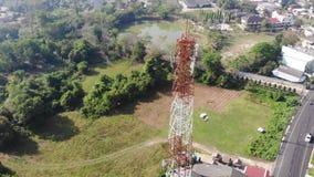 Visión aérea escénica de torre de comunicación en área del suburbio