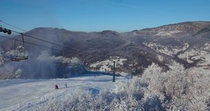Visión aérea, esquí, estación de esquí en los Cárpatos, cañones de la nieve, Trantscarpathian almacen de video
