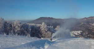 Visión aérea, esquí, estación de esquí en los Cárpatos, cañones de la nieve, Trantscarpathian metrajes