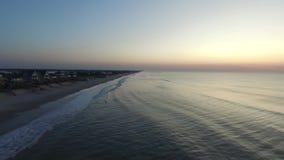 Visión aérea/este móvil video en la salida del sol a lo largo de la playa de la isla del norte de Topsail metrajes