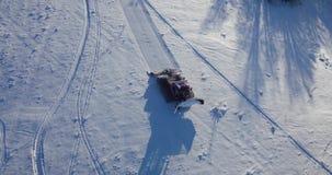 Visión aérea: Groomer de la nieve, Ratrak en el trabajo, cárpato, Ucrania almacen de metraje de vídeo
