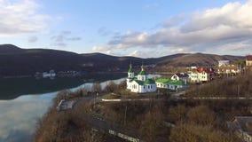 Visión aérea: iglesia y ciudad Pueblo de Rusia almacen de video
