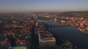 Visión aérea a lo largo del río de Moldava en el verano Praga, República Checa almacen de video