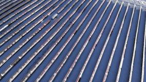 Visión aérea - los paneles solares en las montañas siberia altai Invierno de Rusia 2017 almacen de metraje de vídeo