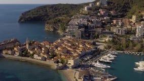 Visión aérea - mar cerca de la ciudad vieja Budva almacen de video