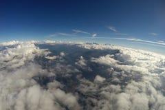 Visión aérea - montañas, nubes y cielo azul Imagen de archivo